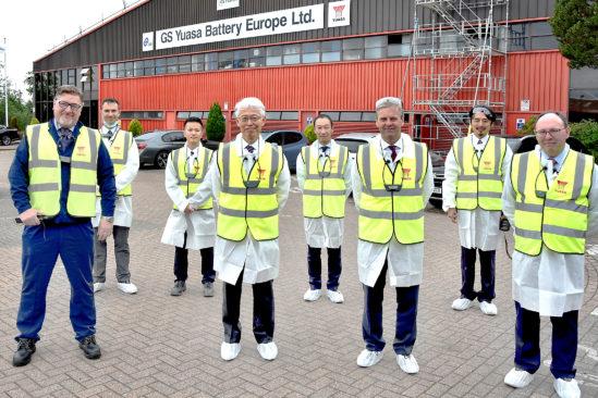 Hayashi Hajime, der Botschafter Japans im Vereinigten Königreich, vor der Fabrik von GS Yuasa in Ebbw Vale