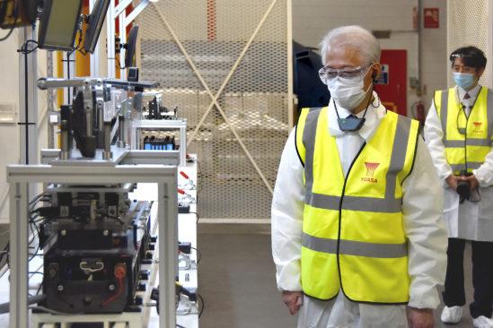 Hayashi Hajime, jder apanischer Botschafter, besichtigt die Fabrik von GS Yuasa.