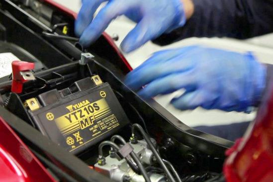 YUASA-Batterien werden in unserem Lager in Krefeld wie rohe Eier behandelt!
